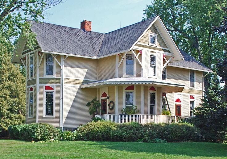 Дизайн деревянного дома в викторианском стиле с террасой