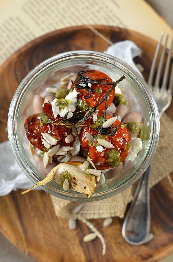 Salade de haricot borlotti, tomate rôtie et pesto