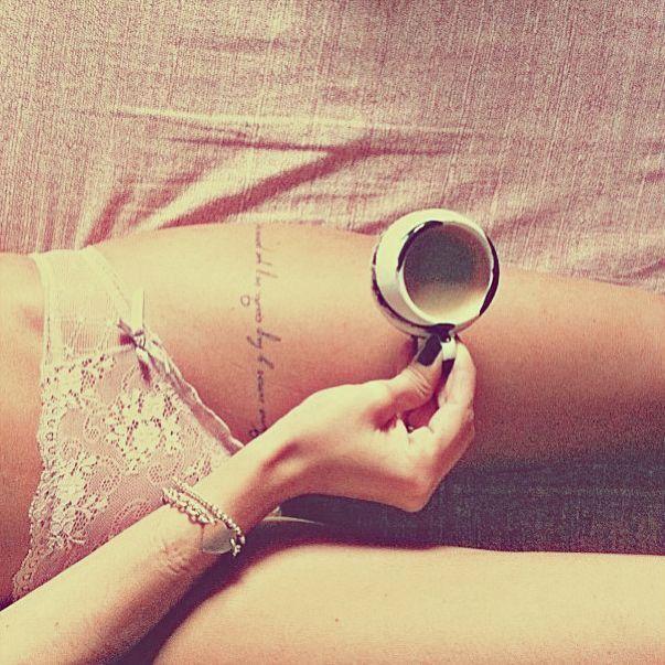 Tattoo Schriften: Filiganes Tattoo-Band um den Oberschenkel
