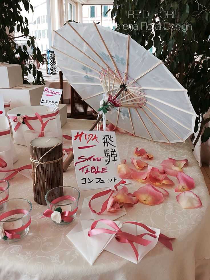 Dettagli tavolo confetti stile giapponese. Details: japanese umbrella and kanji in an original sweet table. 結婚 は 日本のスタイルです。