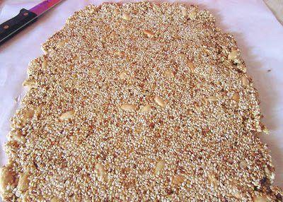 Πολύτιμο διατροφικά και ιδιαίτερα εύκολο !!! Υλικά 1 κούπα σουσάμι 1 κούπα αμύγδαλα -μπορείτε και λιγότερα 1/2 κούπα του τσαγιού ζάχαρη 3 κουτ σούπας μέλι
