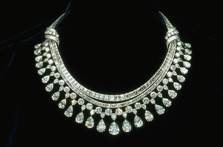 Hazen Diamond Necklace - Designed by Harry Winston, Inc - 131.43 ct that's 325 diamonds!!: Diamonds Earrings, Jewelry Necklaces, Totally Weights, Statement Necklaces, Round Diamonds, Jewelry Ideas, Fringes, Emeralds Cut Diamonds, Diamonds Necklaces