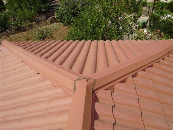 Λεπτομέρεια μαχιά (διαγώνιου)  καθώς και κορφιά από τετράριχτη οροφή με πάνελ κεραμίδι ρωμαϊκό.