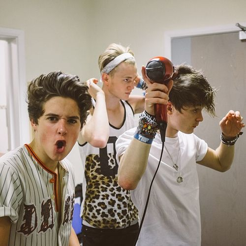 Love the way Tris and Con are doing their hair but Brads like yooooo
