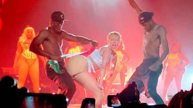 """Miley Cyrus demanda a México porque """"su bandera irritó su trasero"""""""