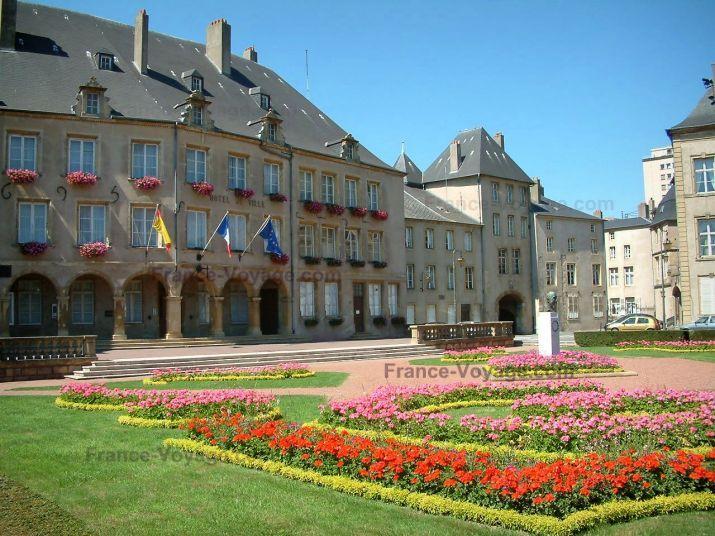 Thionville: Hôtel de ville (mairie), édifices et place (jardin) avec statue, parterres de fleurs et pelouse - France-Voyage.com