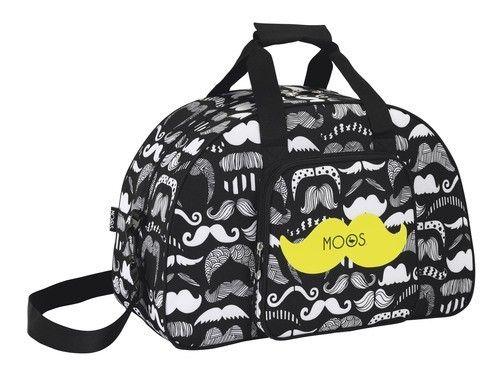Ahora también podrás ir a la moda cuando asistas al gimnasio con esta bolsa deporte de Moos Moustache. Lleva asas de mano, cinta y bolsillo delantero. No te quedes sin la bolsa de mano que causa furor entre las chicas. Dimensiones: 48 cm x 33 cm x 21 cm.