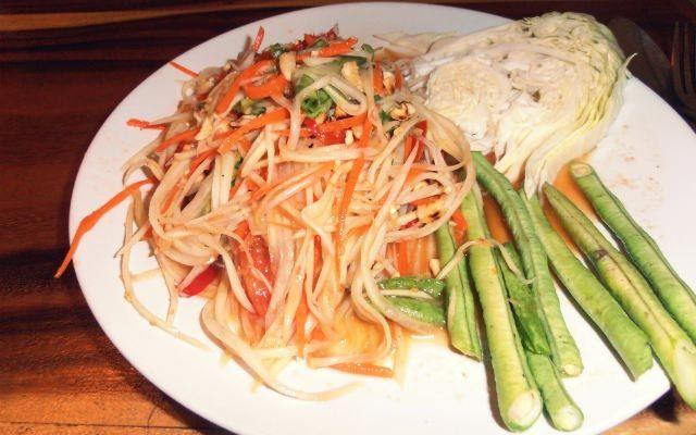 Dieser scharfe Salat aus grünen Papayas ist in Thailand überall erhältlich und allseits beliebt. Leider ist er kaum ohne Fischsauce zu bekommen, daher machen wir ihn selbst!