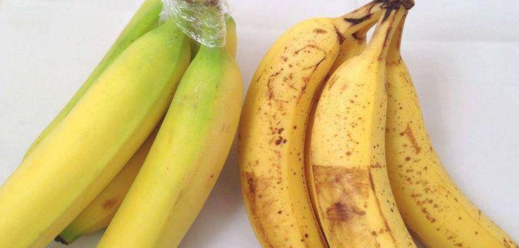 Per ritardare la maturazione delle banane basta avvolgere un po' di pellicola trasparente intorno al picciolo. In questo modo si impedirà all'etilene, il gas prodotto naturalmente nel processo di maturazione, di raggiungere le altre parti del frutto e di portarle prematuramente alla maturazione.