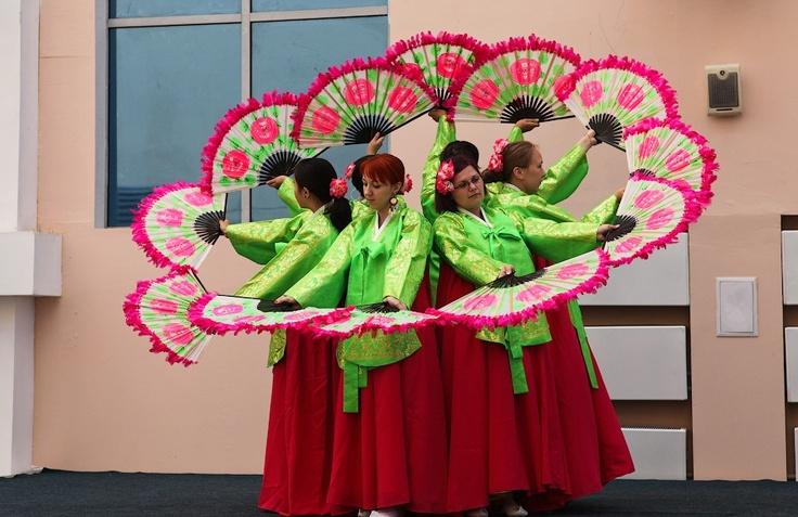 옴스크에서 한글수업을 듣는 러시아 학생들이 지역축제에서 화사한 궁중의상과 부채춤을 선보여 관람객의 이목을 집중시켰다. 이들은 지난 5월부터 하루 2~3시간씩 연습을 해왔으며 한복은 한국에서 직접 공수해왔다고 한다. http://russiainfo.co.kr/2427