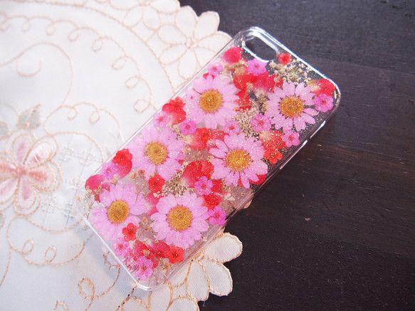 iPhone5・5S専用ケースです*押し花をレジンで閉じ込めています。ピンクのノースポールの押し花や、赤い薔薇の花びらでラブリーに仕上げました。薔薇の花びらが...|ハンドメイド、手作り、手仕事品の通販・販売・購入ならCreema。