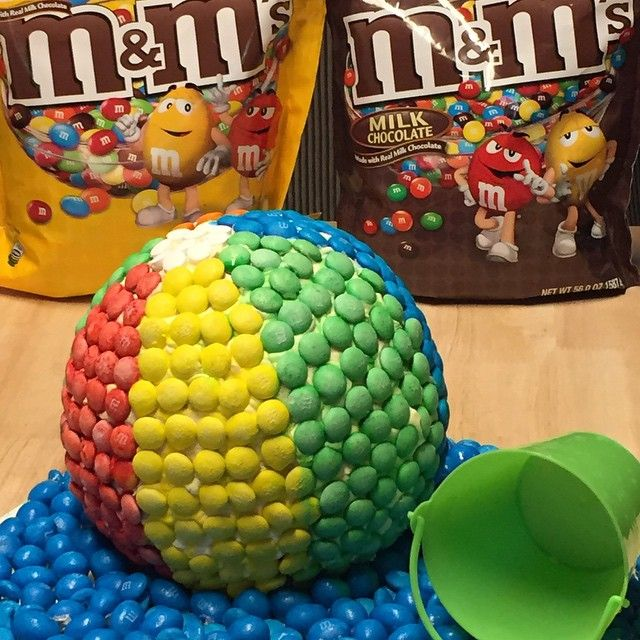 Have a ball this summer with this delicious M&M's® Beach Ball Cake! recipe and instructions are on the blog (link at top of page) #ad #ShareFunshine #cbias