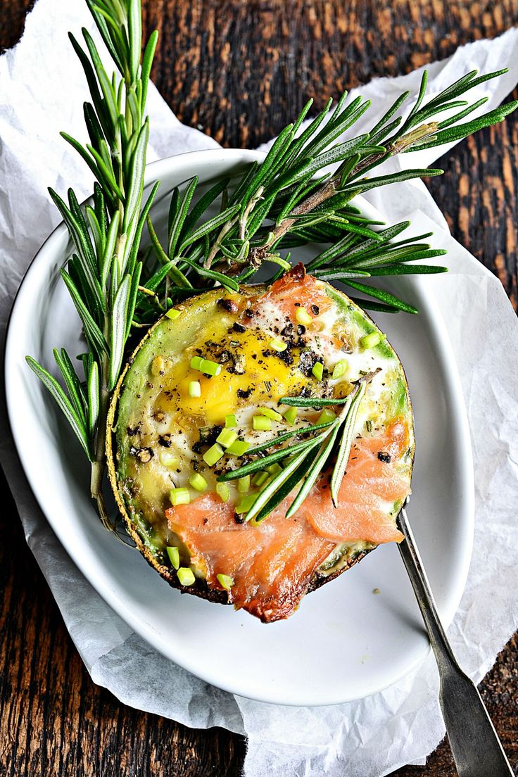 jajko pieczone w awokado z łososiem