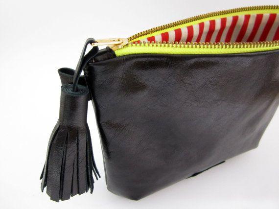 Rebajado! 35%  Bolso / Embrague / Clutch de Piel color Negro con Borla 18x25,5cm