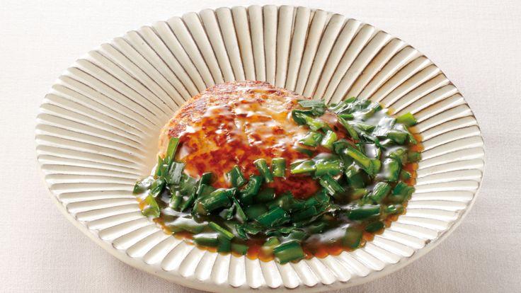 田村 隆 さんの合いびき肉を使った「宝具(ほうぐ)つくね」。大きなつくねの中身は、色とりどりの秋の宝です。肉ダネには焼き豆腐を混ぜ、エネルギーを抑えながらもボリューム感が出ています。具もあんも野菜たっぷりで、栄養バランスもバッチリ。 NHK「きょうの料理」で放送された料理レシピや献立が満載。