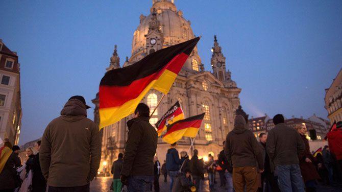 """De Duitse boulevardkrant Bild pakte in oktober 2015 uit met tientallen xenofobe uitspraken die ze van Facebook plukte. """"Tegen de muur, met dat strontgespuis"""", """"Smeer je weg uit Duitsland"""" en """"Stuur ze naar Auschwitz en Buchenwald, daar is plaats genoeg. De ovens moeten gewoon maar worden aangestoken"""", staat er onder meer. Door ook de namen en profielfoto's van de haatpredikers te publiceren, wil Bild naar eigen zeggen de welig tierende vreemdelingenhaat op sociale media aan de kaak stellen."""