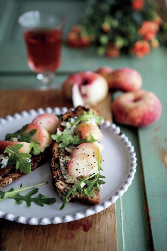 Ädelost och persika är en förunderligt god kombination. Här på rostat frukt- och nötbröd.