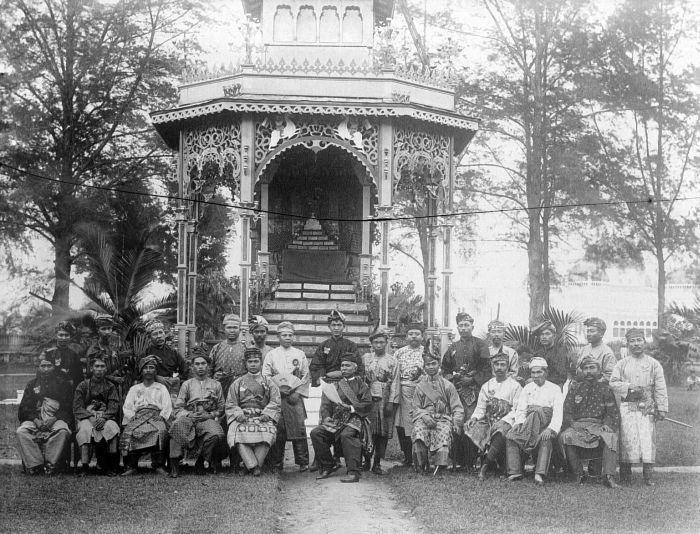 At the court of the Sultan of Deli in Medan (Sumatra), the birth of Princess Juliana announced. 1909. File:COLLECTIE TROPENMUSEUM Aan het hof van de Sultan van Deli te Medan (Sumatra) wordt de geboorte van prinses Juliana afgekondigd TMnr 10001678.jpg