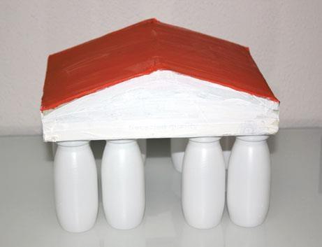Templo griego con botecitos de yogurt