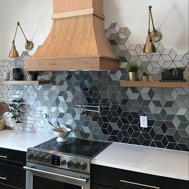 Man behöver inte ha samma färg eller ens samma form på kaklet hela vägen .... 👆🏼🙌🏼😍 @construction2style har lyckats 👌🏼 så läckert . . . . #interiör #homedecor #homedecoration #inredning #heminredning #inredningsdesign #inredningsinspiration #inredningsinspo #interiorforyou #bobedre #nordichome #bonytt #interior4all #homestyling #myinteriordetails #inredningsdetaljer #nyahemmet #elledecor #34kvadrat #plazainteriör #elledecoration #kakel #köksinspo #köksinspiration #köksinredning