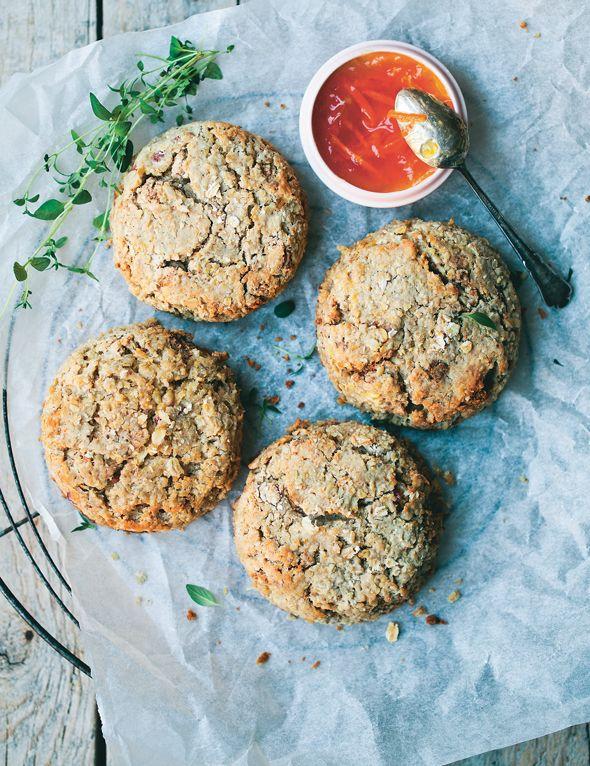 Få opskriften på lækre glutenfri og veganske scones med æble og havremel fra madbloggerne fra Green Kitchen Stories. De søde og lidt kageagtige scones kan smækkes sammen på et øjeblik, så du nemt og hurtigt kan servere dem til morgenmad eller en god brunch!
