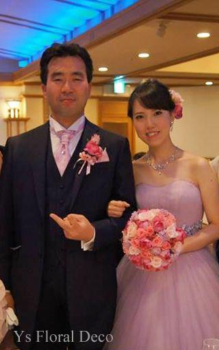 こちらのおふたりのお色直し時のご様子です。白ドレスから、薄い紫色のエレガントなドレスにお色直しです。ブーケはピンクの濃淡+薄紫のお花を盛り込んだラウンドブ...