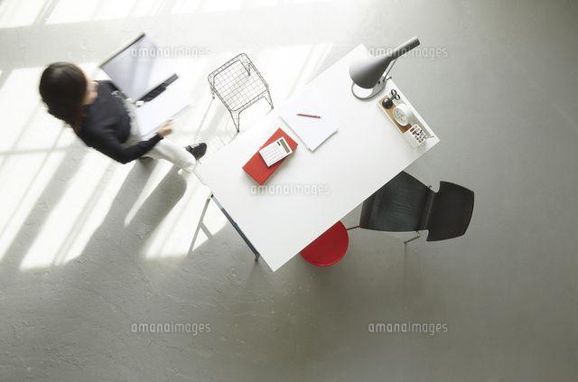 オフィスデスクの俯瞰 10179011436 の写真素材 ストックフォト