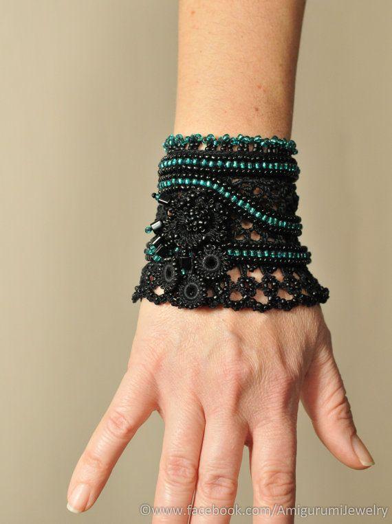 Bracelet noir crochet perlé. Brassard noir coton fibre au crochet. Crochet FreeForm bracelet avec perles de verre.