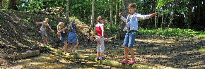 In de Hortus Haren (Groningen) zijn drie Kindnatuurlijke speelplekken. Deze unieke speelplekken dagen kinderen van alle leeftijden uit tot het maken van hun eigen speelnatuur.  http://www.hortusharen.nl/voor-kinderen http://www.drukkerijvanark.nl/