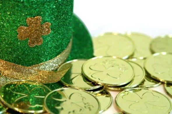 Book Tag: St Patricks Day  Hoy es el Día de San Patricio (Lá Fhéile Pádraig - St Patricks Day) se conmemora el fallecimiento de San Patricio un santo patrón de Irlanda. Esta festividad tiene muchos nuevos seguidores en nuestro país ya que tenemos una gran cifra de descendientes irlandeses. No tengo una gota de irlandesa en mi sangre pero eso no me impide celebrar la fecha con este Book Tag y una pizca de buena cerveza:  1. Nos vestimos de verde  Uno de los requisitos para festejar San…