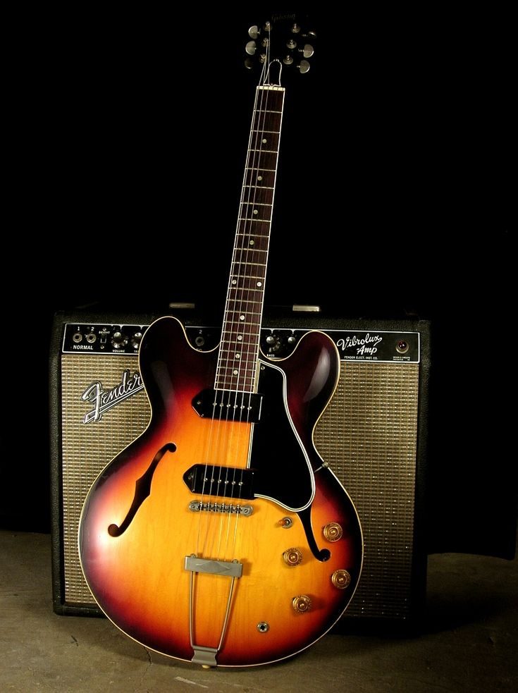 1959 Gibson ES 330 TD, in sunburst. On the back, a Fender Vibrolux amp, one of those blackface gems introduced in 1964. A killer Jazzy/Bluesy combination!