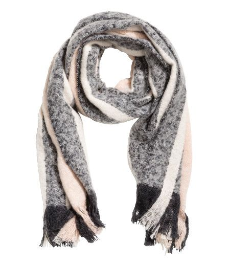 Check this out! Een gestreepte sjaal van zachte, geweven kwaliteit met franje aan de uiteinden. Afmetingen 60x210 cm. – Ga naar hm.com om meer te bekijken.