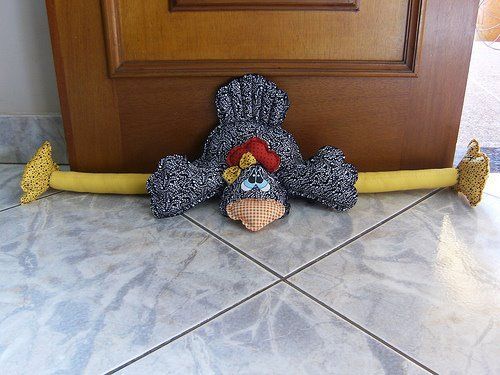 GALLINA SUJETAPUERTAS I really need to make this for the back door. Hope the pattern is available.cj