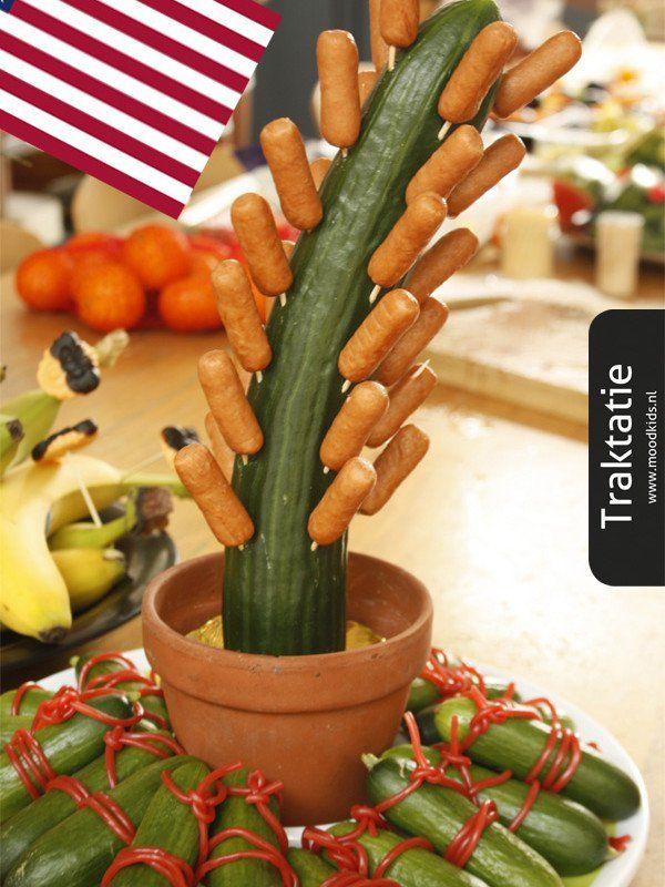 Van komkommer en knakworstjes maak je al snel deze leuke gezonde cactus traktatie. Leuk voor een amerikaans getint of Indianen feestje. #knakworst #komkommer #traktatie