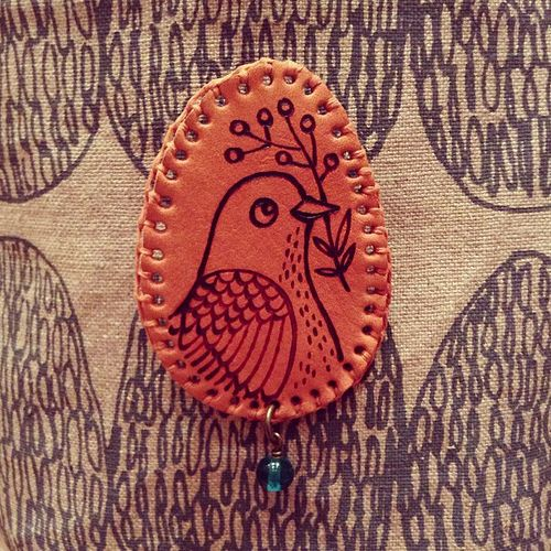 Leather brooch. Beautiful background fabric from @bookhou   da Geninne