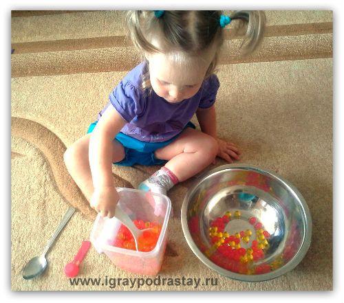 Вылавливаем гидрогелевые шарики из таза с водой при помощи ложки - серьезная работа для ребенка 1,5 - 2 лет!