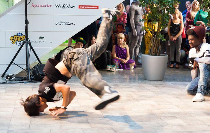 Breakdance, Popping and Animation by the Wonderteam Kauppakeskus Hansassa Taiteiden yönä 14.8.2014.