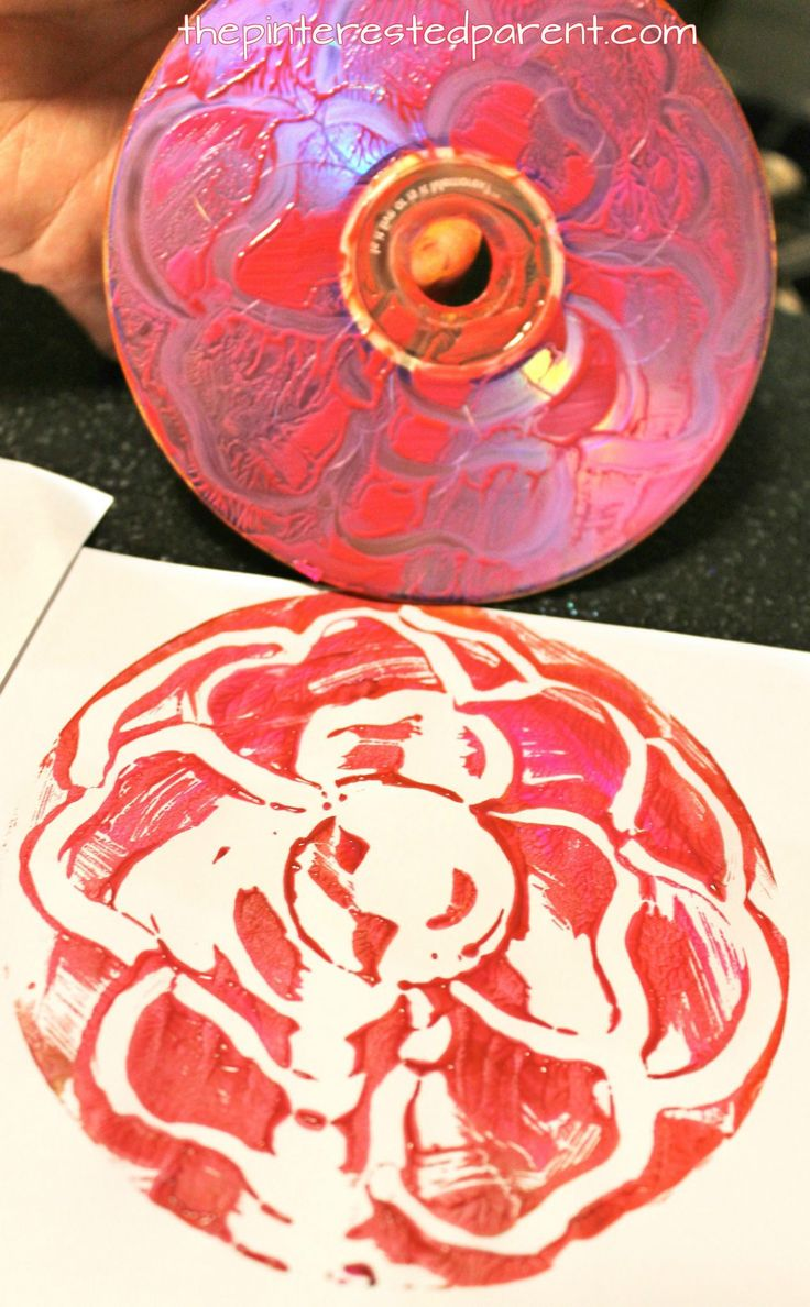 Printmaking with CDs - techniques using paint , yarn, Q-tips and paint. Arts and craft ideas for preschoolers and kids.