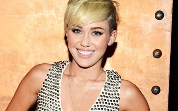 Miley Cyrus - Ela é uma garota que sabe ousar! Miley tem muita atitude e não liga para os comentários que fazem a respeito dela. Quer cortar o cabelo radicalmente como ela? Quer entrar em uma dieta e ficar com o corpo como o dela? É só ter atitude e coragem!  As maiores lições das divas da música - Você - CAPRICHO