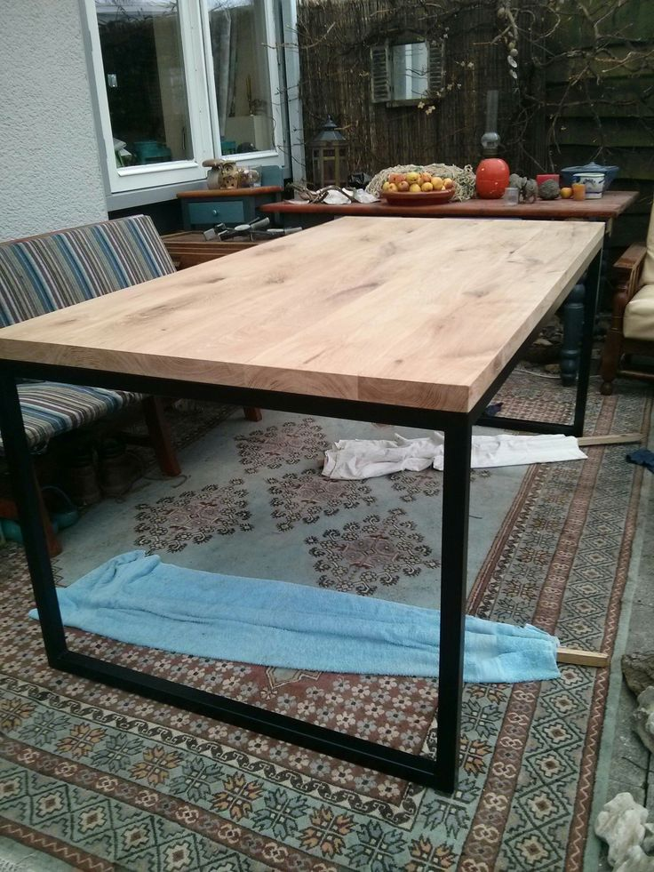 DIY: Metal frame dining room table; steps in pictures, but not in English.  eikenhouten tafel met stalen frame - Roomed