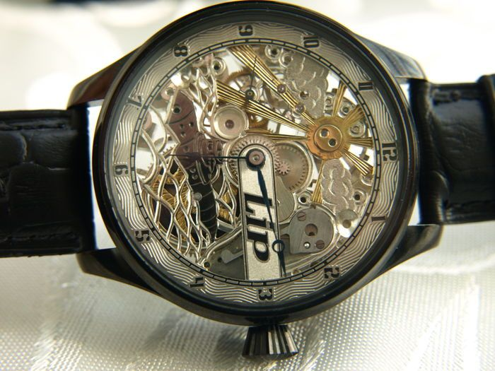 """23. LIP - """"Onderzeeër"""" Skeleton mannen huwelijk polshorloge 1905/1910  Zwitserse horloge door LIP. Dit horloge is omgetoverd van gouden zakhorloge geproduceerd in de Zwitserland in jaar 1905-1910.MECHANISME:-het mechanisme draaide op het mechanisme van skelet-na een herziening van de horlogemaker-clean op beweging in zeer goede staat-het unieke ontwerp en de unieke model van het mechanisme op 15 stenen-bedrijfsnaam handtekening """"LIP"""" en nummer 5655169CASE:-klassieke zonder oren te…"""