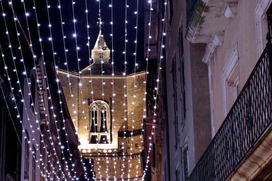 Villefranche de Rouergue. Dans l'Aveyron, au cœur du Pays des bastides du Rouergue, la collégiale de Villefranche de Rouergue se pare de ses habits de fête.
