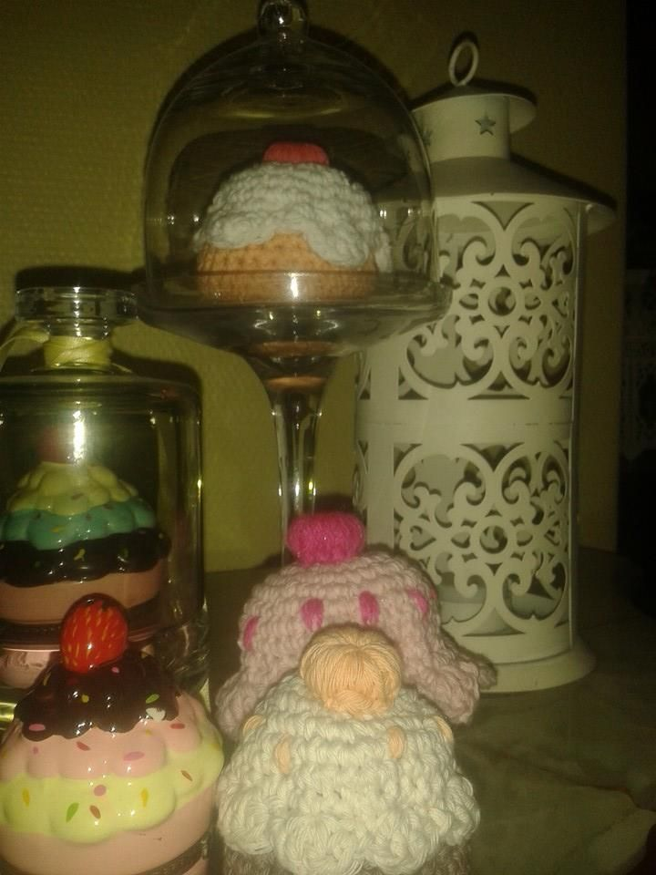 Cupcakes y PAstelitos realizados en crochet....ideales para adornar una mesa de té, o tu cocina, o para usar como alfileteros o simplemente para regalar....!!!! Son un amor!!!!