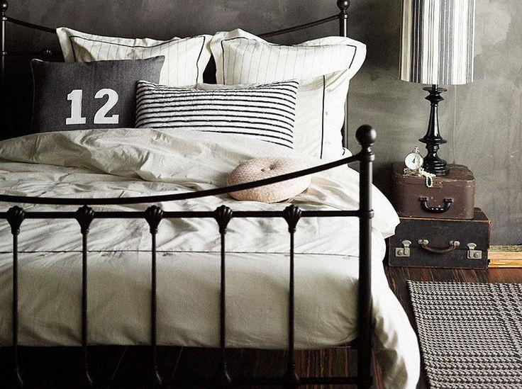 Łóżko z metalową ramą – inspiracje