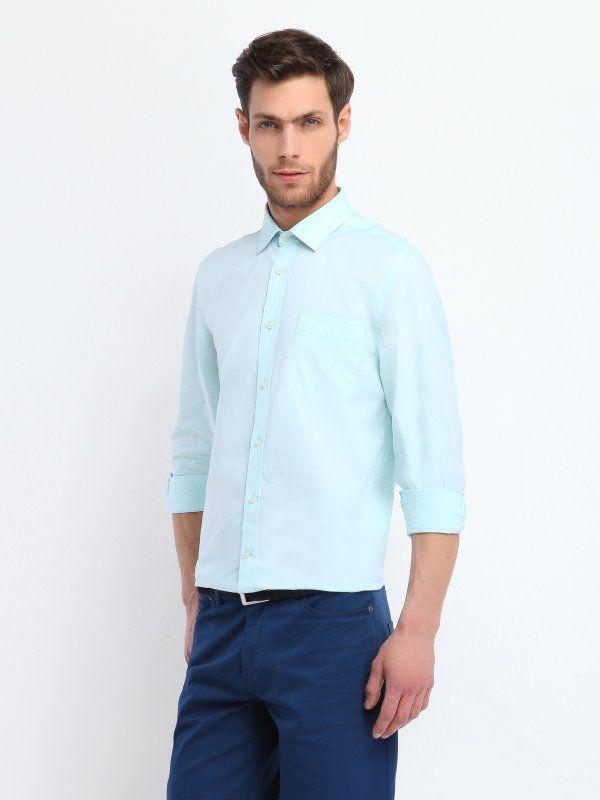 Koszula męska Top Secret z kolekcji wiosna lato 2014.  Klasyczna gładka koszula o kroju slim fit. Z przodu posiada kieszonkę, świetnie sprawdzi się w codziennych officeowych stylizacjach, zarówno w połączeniu z bawełnianymi spodniami i sportową marynarką, jaki i zwykłymi jeansami.  Dostępna w dwóch ponadczasowych i niezobowiązujących kolorach, idealnych na co dzień.