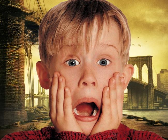 """""""Mamma ho perso l'aereo"""" è un film nato nel 1990 sotto la magistrale direzione di Columbus. Questo film racconta la storia di Kevin, un ragazzo americano di Chicago che viene dimenticato a casa dai genitori partiti per una vacanza a Parigi. Per Kevin inizia il divertimento soprattutto quando deve anche fronteggiare due rapinatori che avevano fatto irruzione a casa sua. """"Mamma ho perso l'aereo"""" è il film cult dei ragazzi degli anni 90 perchè da allora viene riprodotto in TV più volte in un…"""