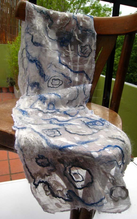Chalina en filetro nuno sobre rayón texturado con aplicaciones de seda tussah, lino y cáñamo, y suave capa de mohair de cabra