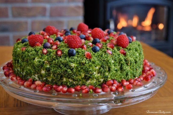 Tort leśny mech to trzy blaty-miękkiego, zielonego ciasta, przełożonego delikatnym kremem (na bazie śmietany i mascarpone, z dodatkiem cytrynowej nutki) i ozdobionego leśnymi owocami. Nie zawiera sztucznych barwników, a jego piękny, zielony kolor jest zasługą dodatku szpinaku. Tak-szpinaku!  Ale tych-którzy w tym miejscu skrzwili się z niesmakiem-zapewniam, że szpinak nie jest wyczuwalny w smaku! …