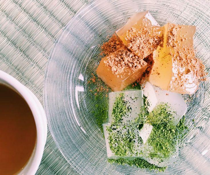 【平等院表参道 竹林 くず餅&わらび餅】 京都の料亭「竹林」が創りだす伝統の和菓子からくず餅とわらび餅のセットを。和の甘みをぎゅっと閉じ込め、プリプリとした食感が人気です。