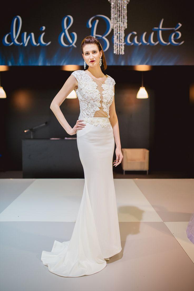 Dvojdielne svadobné šaty s úzkou sukňou s rúchovým výstrihom a odhaleným chrbtom - Svadobné dni a Beauté